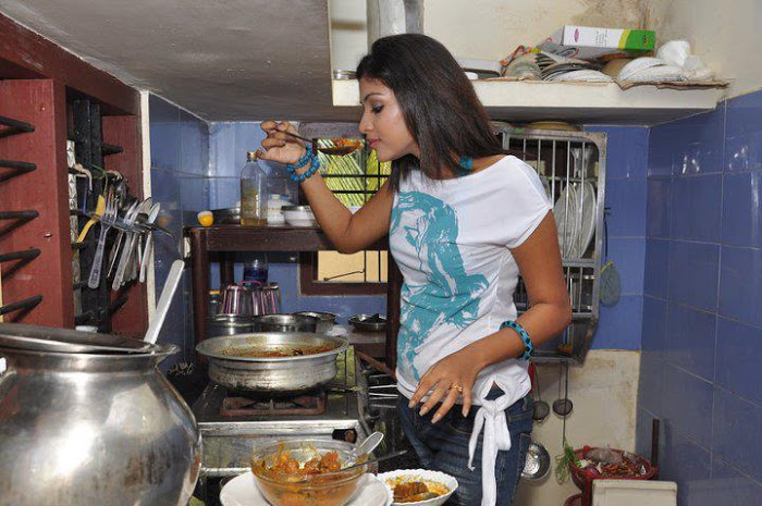 amala-paul-cokking-at-her-home