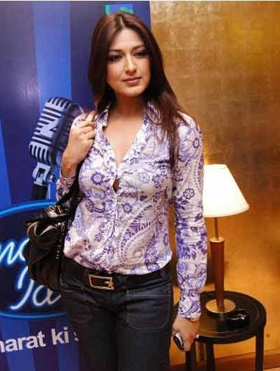 Sonali Bendre in jeans