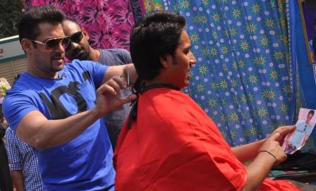 Salman-Khan-turns-barber