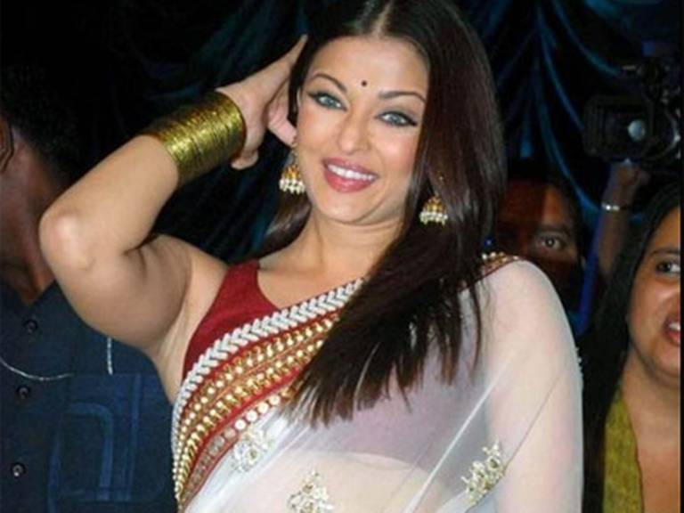 aishwaryarai-wardrobe-malfunction-photos