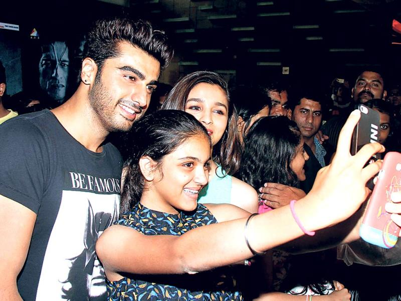 arjun and alia selfie with fans