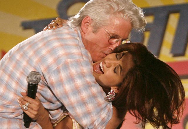 richard-gere-kissing-shilpa-shetty
