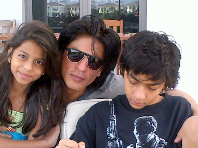SRK-with-his-son-and-daughter