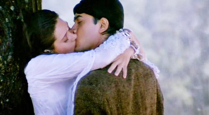 Karishma Kapoor and Aamir Khan Kiss Scene in Raja Hindustani