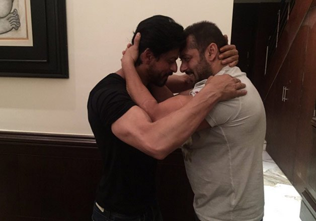 Shah Rukh Khan celebrated birthday with Salman Khan