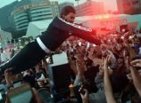 Ranveer Jumps On Fans
